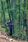 Dziewczyna między bambusowymi badylami Fotografia Royalty Free