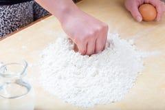 Dziewczyna miesza mąkę i wodę zdjęcie royalty free