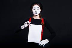 Dziewczyna mim trzyma białego prześcieradło papier zdjęcie royalty free