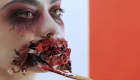 Dziewczyna model z strasznym makeup na jej twarzy w g?r? Fachowy twarzy makeup dla Halloween wakacyjny narz?dzanie _ zdjęcia stock