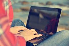 Dziewczyna modniś pracuje na laptopie Zdjęcie Stock