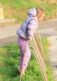 Dziewczyna montażu stojak dla rowerów Zdjęcia Stock