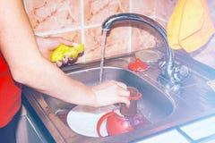 Dziewczyna myje naczynia w zlew Zdjęcie Royalty Free