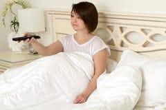 Dziewczyna na łóżku gawędzi na telefonie Obraz Royalty Free