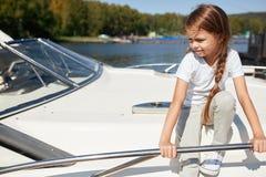 Dziewczyna na łódkowatym pokładzie żegluje na letnim dniu fotografia stock
