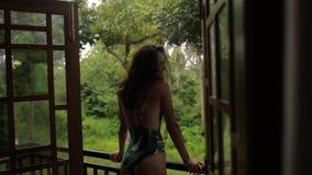 Dziewczyna na balkonie jej bungalow zdjęcie wideo