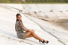 Dziewczyna na betonowym skłonie Zdjęcia Stock