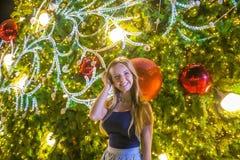 Dziewczyna na choinki tle Zdjęcia Stock