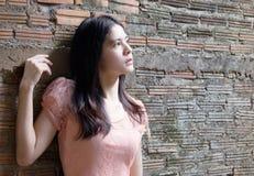 Dziewczyna na ścianie Fotografia Royalty Free