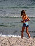 Dziewczyna na dennej plaży Fotografia Royalty Free