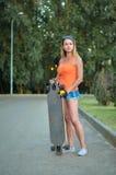 Dziewczyna na deskorolka Zdjęcia Royalty Free