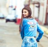 Dziewczyna na deskorolka w mieście Fotografia Stock