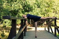Dziewczyna na drewnianym moscie Fotografia Royalty Free