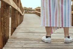 Dziewczyna na drewnianym moscie na plaży Obraz Royalty Free