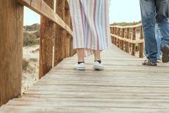 Dziewczyna na drewnianym moscie na plaży Zdjęcie Royalty Free