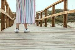 Dziewczyna na drewnianym moscie na plaży Zdjęcia Royalty Free