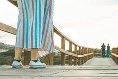 Dziewczyna na drewnianym moscie na plaży Zdjęcie Stock