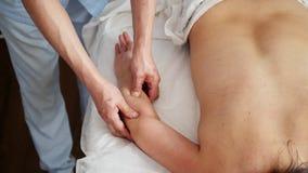 Dziewczyna na fizjoterapia stole podczas masażu w medycznym biurze zdjęcie wideo