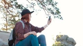 Dziewczyna Na góra wierzchołku, Żeńska Turystyczna Bierze fotografia ranku krajobraz Z wschodem słońca Na komórka Mądrze telefoni zbiory