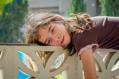 Dziewczyna Na Gnuśnym dniu Zdjęcie Stock