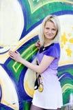 Dziewczyna na graffiti tle Obraz Stock