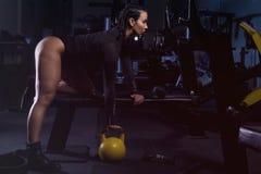 Dziewczyna na gym z ciężarami zdjęcie stock