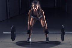 Dziewczyna na gym z ciężarami obrazy royalty free