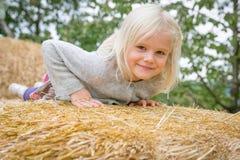 Dziewczyna na haystack zdjęcia royalty free