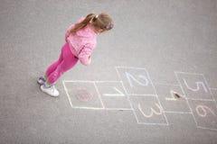 Dziewczyna na hopscotch Obrazy Stock