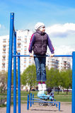 Dziewczyna na horyzontalnym barze Fotografia Stock