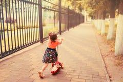 Dziewczyna na hulajnoga tylni widoku Fotografia Royalty Free