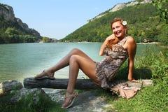 Dziewczyna na jeziorze. Zdjęcia Royalty Free