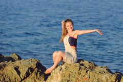 Dziewczyna na kamieniu Obrazy Royalty Free