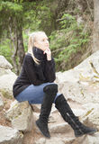 Dziewczyna na kamiennych schodkach Fotografia Stock
