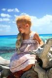 Dziewczyna na nieżywym drzewie zdjęcia royalty free