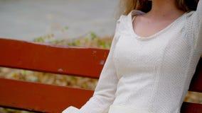 Dziewczyna na parkowej ławce cieszy się wolność, samotność zbiory