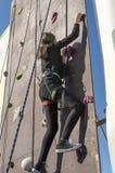 Dziewczyna na pięcie ścianie Zdjęcie Royalty Free