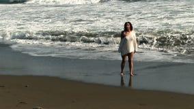 Dziewczyna Na Piaskowatej plaży W bielu bikini I pokrywie zbiory