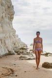 Dziewczyna na plażowej pobliskiej białej falezie dzwoniącej & x22; Scala dei Turchi& x22; w Sicily Fotografia Royalty Free