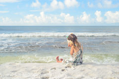 Dziewczyna na plażowym słuchającym seashell Zdjęcie Royalty Free