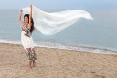 Dziewczyna na plaży z szalikiem fotografia stock