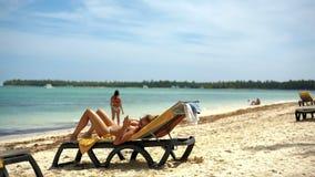 Dziewczyna na plaży z telefonem komórkowym zbiory wideo