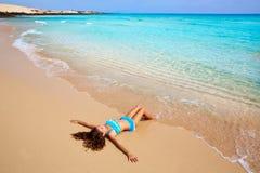 Dziewczyna na plażowym Fuerteventura przy wyspami kanaryjska Obrazy Royalty Free