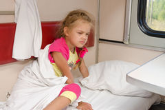 Dziewczyna na pociągu sleepily dostaje z łóżka na niskim miejscu w drugoklasowym przedziału furgonie Fotografia Stock