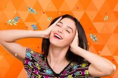 Dziewczyna na pomarańczowym geometrycznym tle z ptakami i kolorowym punktem Obraz Stock