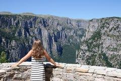 Dziewczyna na punktu widzenia Vikos wąwozie Grecja Obrazy Stock
