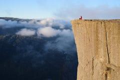 Dziewczyna na Rockowym Preikestolen, Norwegia Obraz Royalty Free