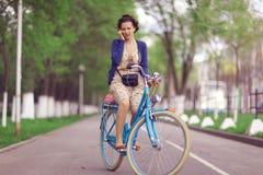 Dziewczyna na rocznika rowerze fotografia stock
