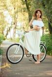 Dziewczyna na rowerze patrzeje okaleczającą obrazy royalty free