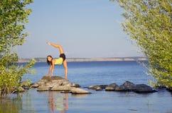 Dziewczyna na rzeki wybrzeżu Fotografia Royalty Free